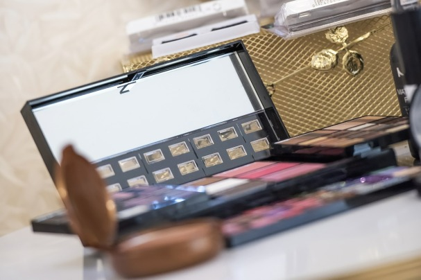 makeup-564930_1920